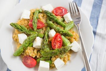 Salat mit roten Linsen und grünem Spargel