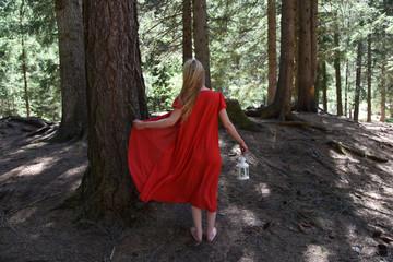 modella vestito rosso