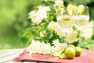 """Cocktail """"Hugo"""" im Garten vor Holunderblüten"""