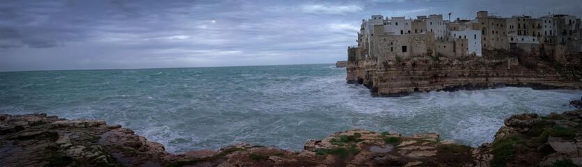 Mareggiata lungo le coste di Polignano a Mare (BA)