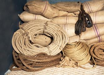 Stockage en sacs de toile et cordages