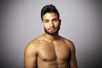 Modelo masculino con torso desnudo en plano medio