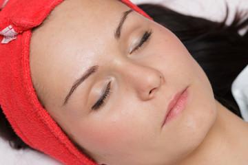 Twarz młodej kobiety u kosmetyczki