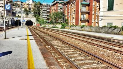 Stazione ferroviaria con binari e galleria