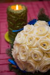 Bouquet di rose bianche e candela accesa