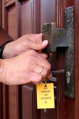 """Demenzkranker schließt Tür auf""""Strassenschild an Schlüssel"""""""