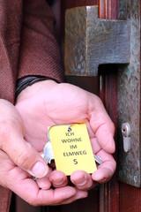 Demenzkranker Schlüssel, Tür, Schild wo Mann wohnt