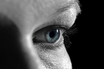 Nahaufnahme Auge blau, schwarz weiß