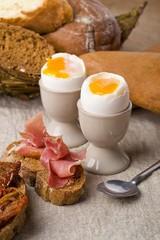 яйца и хлеб  на завтрак