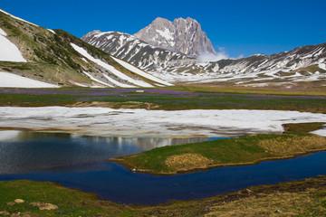 Piccolo laghetto di montagna in Abruzzo