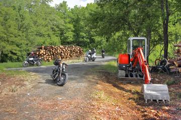 Giro in moto tra legna e gru