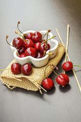 Ciliege fresche in vasetto di ceramica bianco