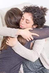 Umarmung zwischen zwei Frauen