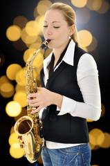 Frau spielt Musik auf Saxophon