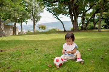 芝生に座る赤ちゃん