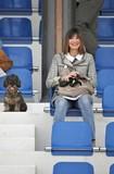 Coppia cane bassotto e donna all'ippodromo