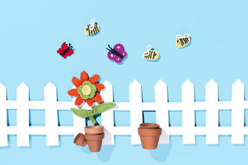 gehäkelte Blume mit Gartzenszene