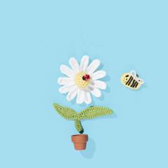 gehäkelte Margerite mit Marienkäfer und Biene im Blumentopf