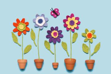 gehäkelte Blumen mit Topf und Schmetterling