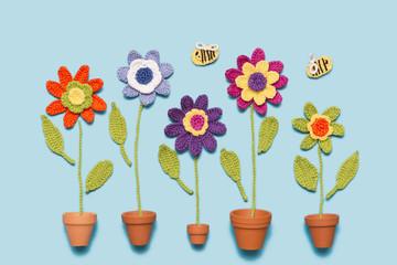 gehäkelte Blumen mit Topf und Bienen