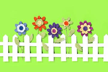 gehäkelte Blumen mit Gartenzaun