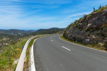 kurvige Bergstraße auf Ibiza
