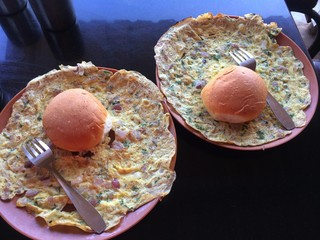 India, Maharashtra, Breakfast in roadside garage consisting of masala omelet and bread roll