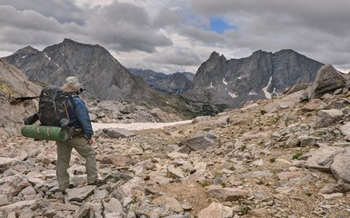 USA, Wyoming, Bridger-Teton National Forest, Hiker looking back at Cirque of Towers from Texas Pass