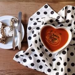 Tomato soup with crisp bread