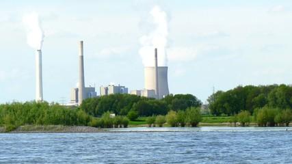 Kohlekraftwerk am Fluß