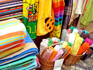 Quiosque de venda de toalhas e tapetes
