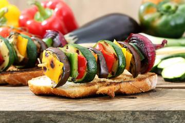 verdure grigliate su fetta di pane