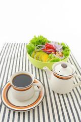 新鮮なサラダと珈琲