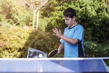 Junge schlägt Ball mit Schläger