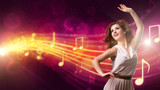 junge tanzende Frau vor Notenhintergrund