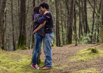 jóvenes latinos enamorados