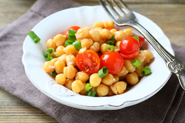 Chickpeas with tomatoes and onions
