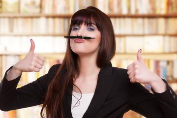 junge Frau hat Langeweile im Büro