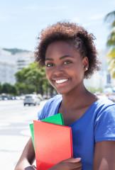 Portrait einer lachenden Studentin in Südamerika