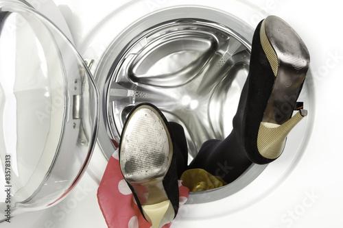 femme l 39 int rieur d 39 une machine laver stock photo. Black Bedroom Furniture Sets. Home Design Ideas