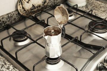 coffèè nella macchinetta sui fornelli di una cucina