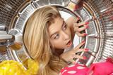 Portrait femme blonde tambour machine à laver