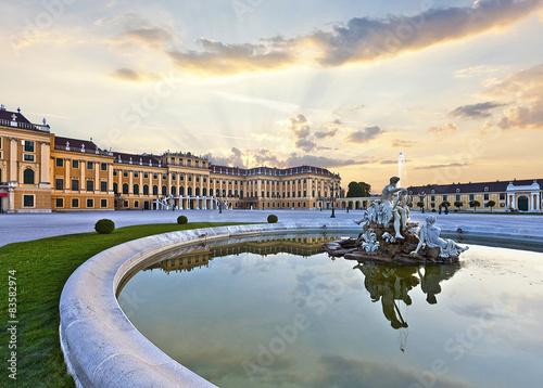 In de dag Wenen Front of the Schönbrunn Palace in Vienna at sunset - Austria.
