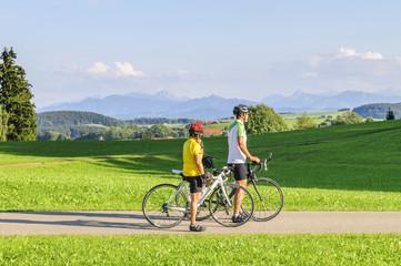 Zwei Rennradler genießen den Ausblick