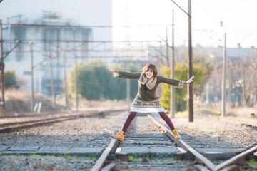ローカル線の線路と女性
