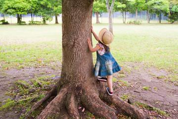 木登りする女の子