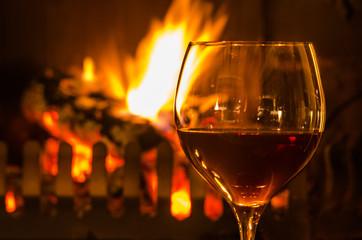 Glas Rotwein am Kamin