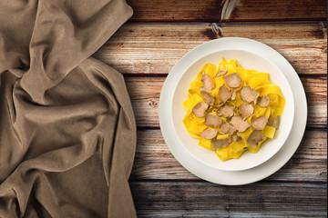piatto di tagliatelle al tartufo in fondo ambient