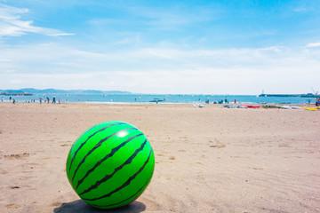 砂浜にスイカのビーチボール