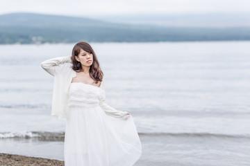 大自然の湖とドレスを着た女性